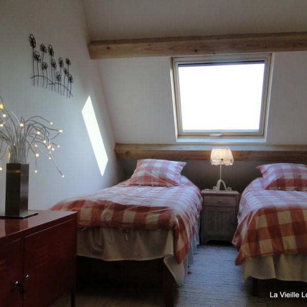 Chambre fait avec deux lits simples