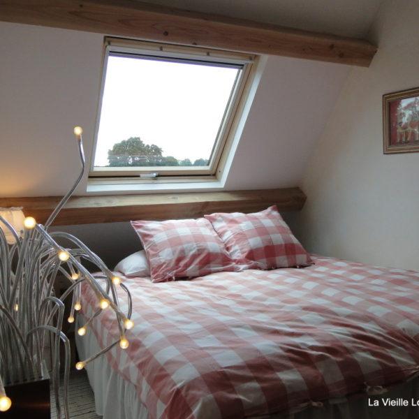 Chambre fait avec un grand lit